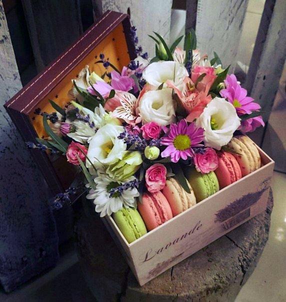 Сладкая композиция №1, альстромерия, букет в коробке, букет с макаруни, лизиантус, макаруни, хризантема, цветочная композиция, цветочная композиция с макарунами, цветочная композиция с печеньем, цветы и макаруны,