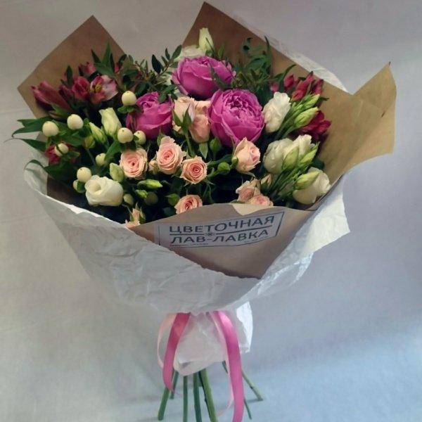 Букет №47, альстромерия, букет на 14 февраля, букет на 8 марта, гиперикум, крафт, кустовая роза, лизиантус, пионовидная роза,