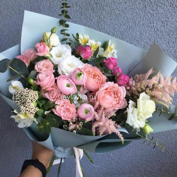 Букет №34, альстромерия, астильба, букет из ранункулюсов, лизиантус, озотамнус, роза мадам бомбастик, роза персиковая, эвкалипт,