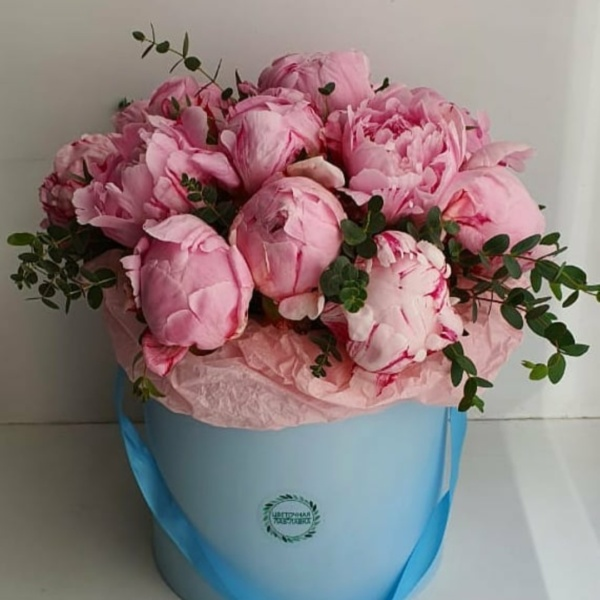 Букет в шляпной коробке №2, букет в коробке, букет в шляпной коробке, Пионы в коробке, стильный букет, стильный букет в коробке, цветы в коробке, цветы в шляпной коробке, шляпная коробка,