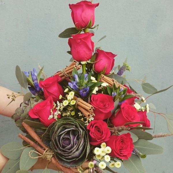 Букет №32, байя, бая, брасика, букет с красными розами, букет с розами, вероника, гентиана, корица, красные розы, мужской букет, роза, эвкалипт,