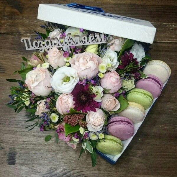 Сладкая композиция №2, букет в коробке, лизиантус, макаруни, пионовидная роза, сладкая композиция, цветочная композиция, цветочная композиция с макарунами, цветочная композиция с печеньем, цветы в коробке,
