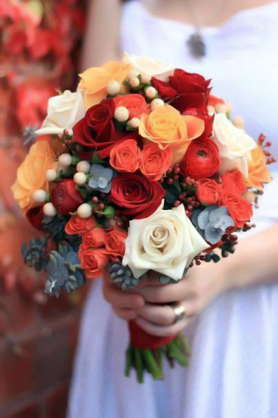 Букет невесты №12, букет невесты, вибурнум, гиперикум, красная роза, оранжевая роза, роза, роза кустовая,