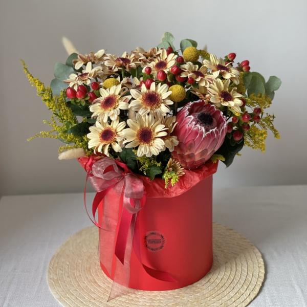 Букет в шляпной коробке №1, букет в коробке, осенний букет, осенняя цветочная композиция, протея, содидаго, стильный букет в коробке, хиперикум, хризантема, цветы в кор, цветы в коробке, шляпная коробка,