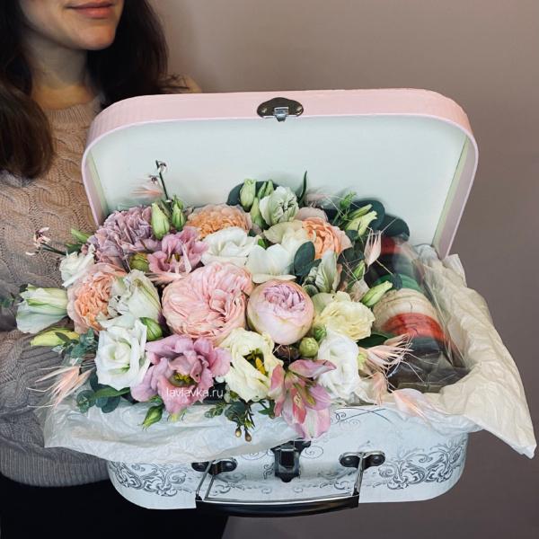 Сладкая композиция №6, букет в коробке, цветочная композиция, цветы в коробке, Цветы в сундуке, цветы и макаронс, цветы и макаруны, цветы на 14 февраля,