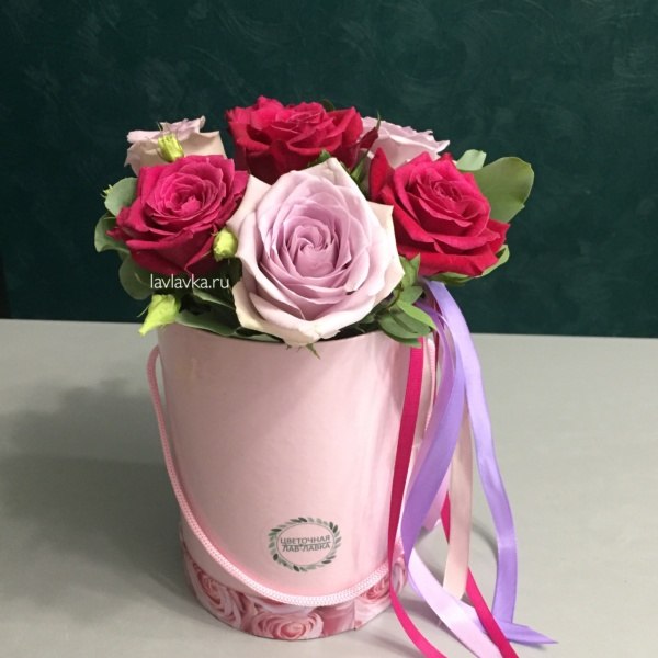 Букет в шляпной коробке №6, букет в коробке, букет в шляпной коробке, розы, цветы в коробке, шляпная коробка, эвкалипт,