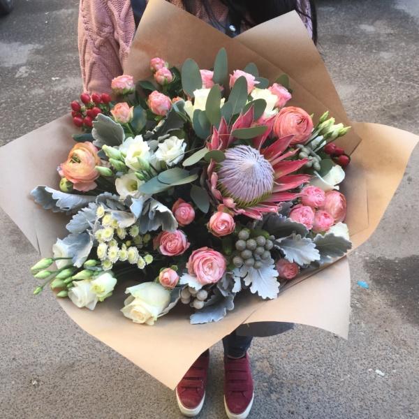 Букет №8, бруния, гиперикум, кремовая роза, лизиантус, пионовидная кустовая роза, протея кинг мадиба, ранункулюс, роза, роза кустовая пионов, сенецио, эвкалипт,