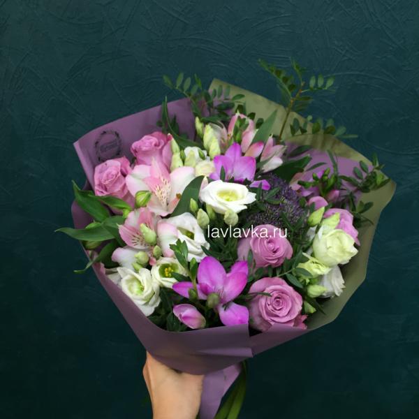 Букет №33, альстромерии, лизиантус, розы, сиреневый букет, трахелиум блю, фрезия,