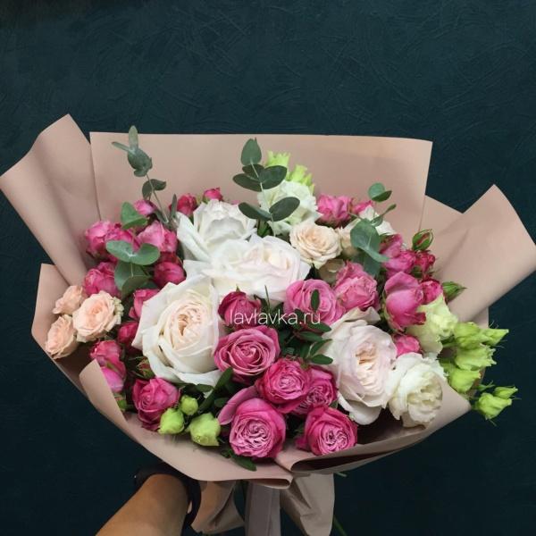 Букет №13, букет с пионовидной розой, лизиантус, малиновый букет, пионовидные розы, роза вайт о хара, роза кустовая, роза кустовая пионовидная, роза леди бомбастик, эвкалипт,
