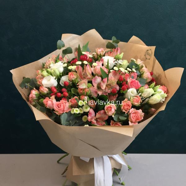 Букет №38, альстрамерия, гиперикум, крафт, кустовая пионовидная роза, лизиантус, роза, роза бомбастик, фисташка, эвкалипт,
