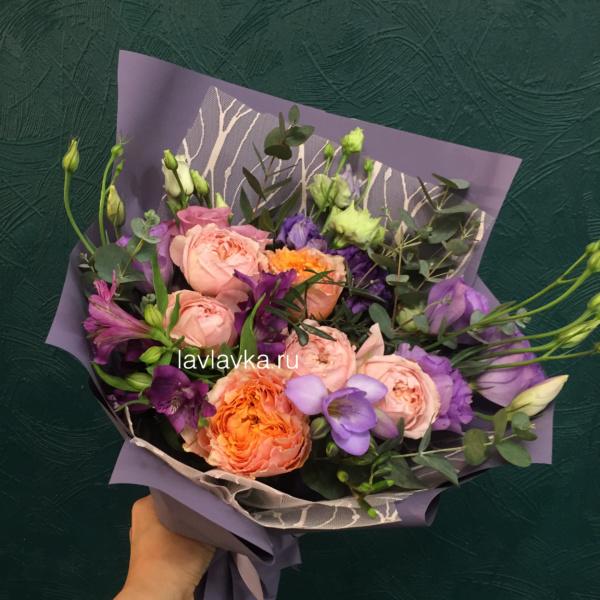 Букет №46, альстромерия, белая фрезия, лизиантус, пионовидная роза, фисташка, эвкалипт,