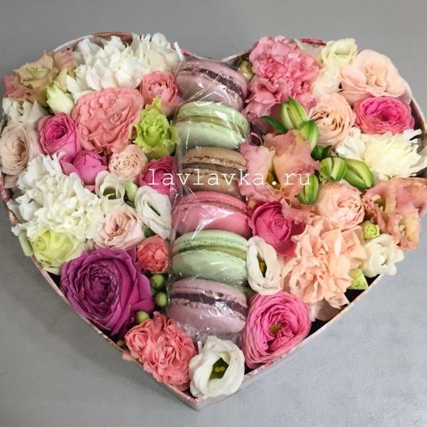 Сладкая композиция №7, букет на 14 февраля, букет сердце, композиция, композиция с макуруни, коробка сердце, макаруни, макаруны, сердце, цветочная композиция, цветочная композиция в ящике, цветочная композиция с макарунами, цветы в коробке, цветы и макаруны,