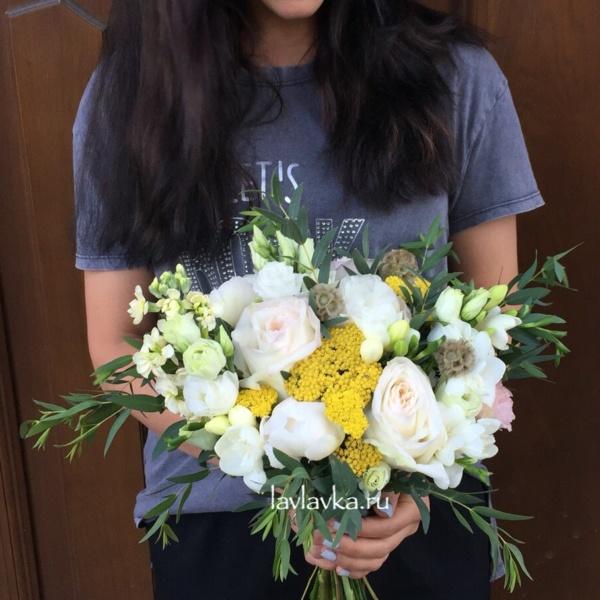 Букет невесты №9, ахилея, белый лизиантус, букет невесты, бутоньерка, маттиола, пионовидная роза, скабиоза, фрезия, эвкалипт, эвкалипт парфифолия, эустома,