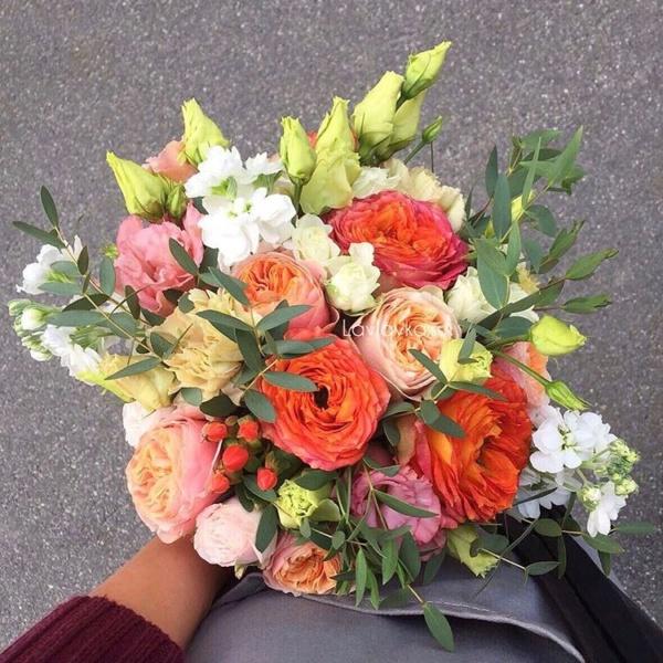 Букет невесты №35, кустовая пионовидная роза, лизиантус, маттиола, оранжевый букет, оранжевый букет невесты, пионовидная роза, рыжая роза, хиперикум, яркий букет,