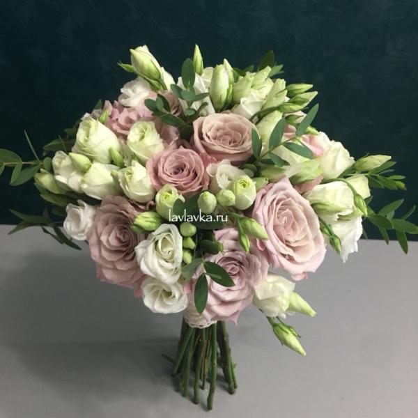 Букет невесты №5, белый лизиантус, букет невесты, лизиантус, пудровый букет, пудровый букет невесты, роза, свадебный букет, эвкалипт, эустома,