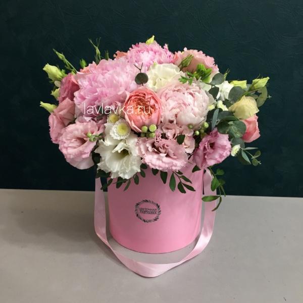 Букет в шляпной коробке №7, букет в шляпной коробке, лизиантус, пион, пионовидная роза, цветы в коробке, шляпная коробка, эвкалипт,
