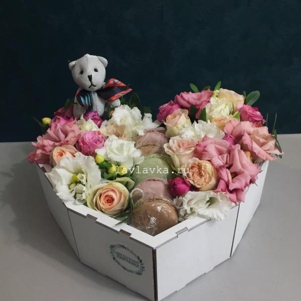 Сладкая композиция №3, букет в коробке, букет в шляпной коробке, композиция с макарони, лизиантус, макаруни, фрезия, цветы в коробке,