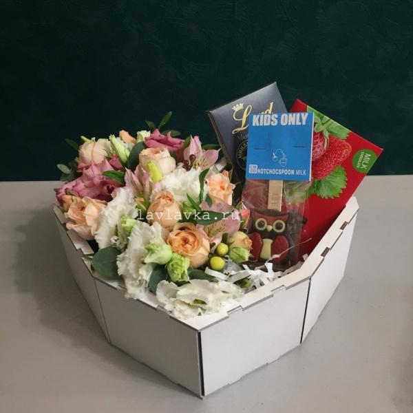 Сладкая композиция №6, букет в коробке, сердце, цветочная композиция, цветы в коробке, цветы и шоколад, цветы на 14 февраля,