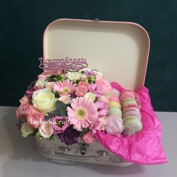 Сладкая композиция №5, цветы в коробке, цветы и макаруны,