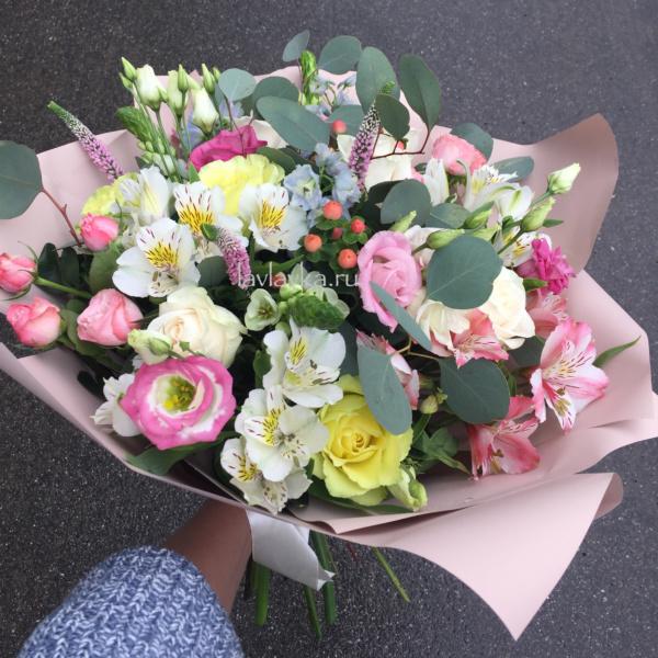 Букет №13, альстрамерия, вероника, гиперикум, лизиантус, лимонная роза, пудровая роза, розы, эвкалипт, эустома,