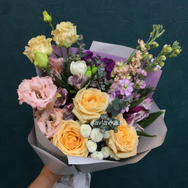 Букет №17, альстромерия, лизиантус, матиола, матрикария бая, роза, фрезия, эвкалипт,