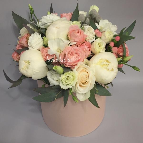 Букет в шляпной коробке №4, бруния, букет из пионов, гиперикум, кустовая пионовидная роза, лизиантус, пион, пионовидная роза, пудровый букет, роза, шляпная коробка, эвкалипт, эустома,