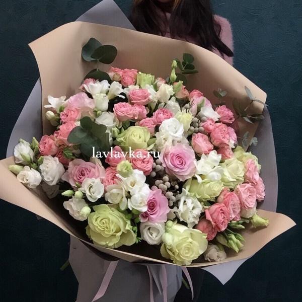 Букет №45, белый лизиантус, бруния серая, кустовая роза, лизиантус, пионовидная роза, роза мадам бомбастик, роза мондиаль, розовая роза, фисташка, эвкалипт, эустома,