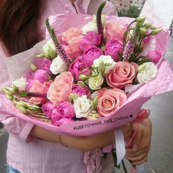 Букет №56, вероника, крафт, кустовая пионовидная роза, лизиантус, лизиантус розита вайт, пионовидная роза, роза, роза мисти бабблс, эустома,