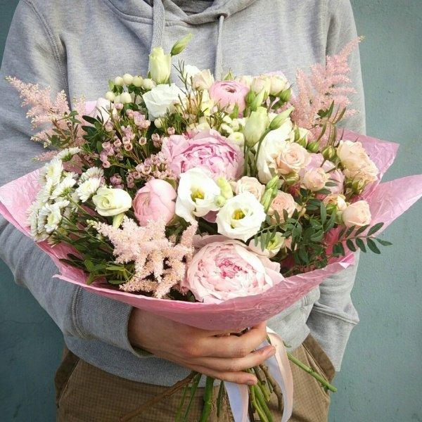 Букет №58, астильба, крафт, лизиантус, пион, пионовидная роза, фисташка, хамелациум,