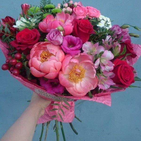 Букет №69, альстромерия, гиперикум, крафт, кустовая роза, лизиантус, пион, роза,