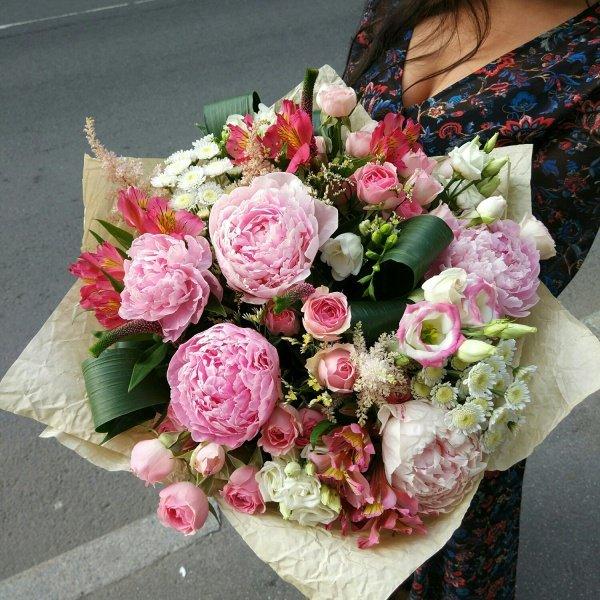 Букет №59, альстромерия, астильба, вероника, крафт, кустовая роза, лизиантус, лимониум, пион, пионовидная роза, фрезия, хризантема,