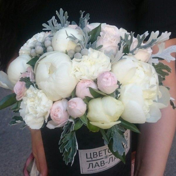 Букет в шляпной коробке №10, бруния, пион, пионовидная роза, шляпная коробка,