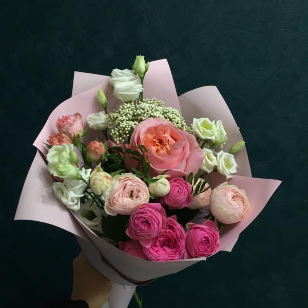 Букет №65, кустовая пионовидная роза, лизиантус, озотамнус белый, пионовидная роза, роза, фисташка,