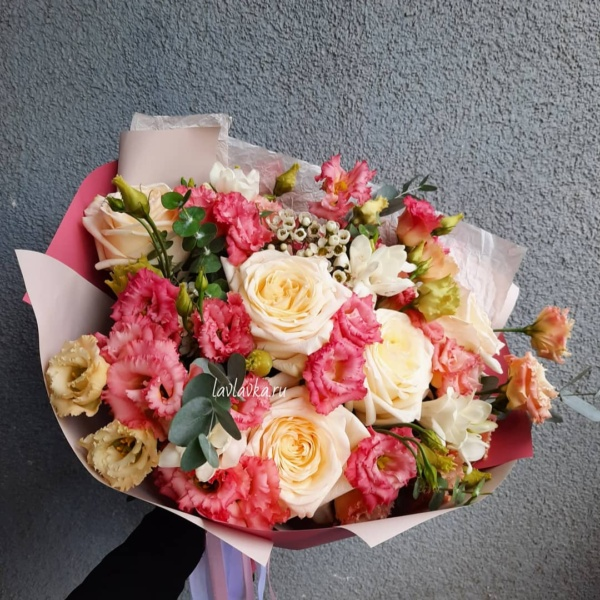 Букет №60, ваксфлауэр, кремовая роза, лизиантус, роза, фрезия белая, эвкалипт ценарея,