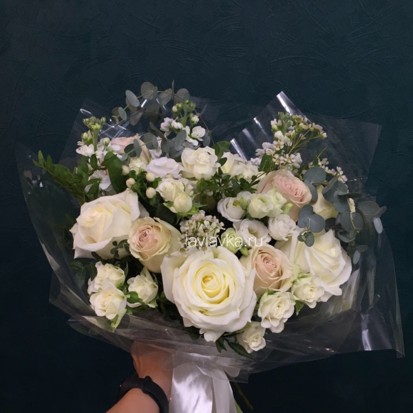 Букет №54, белый лизиантус, ваксфлауэр, кремовая роза, лизиантус розита вайт, матиола, роза белая, роза кустовая, роза сноуфлейк, фисташка, хиперикум белый, эвкалипт,