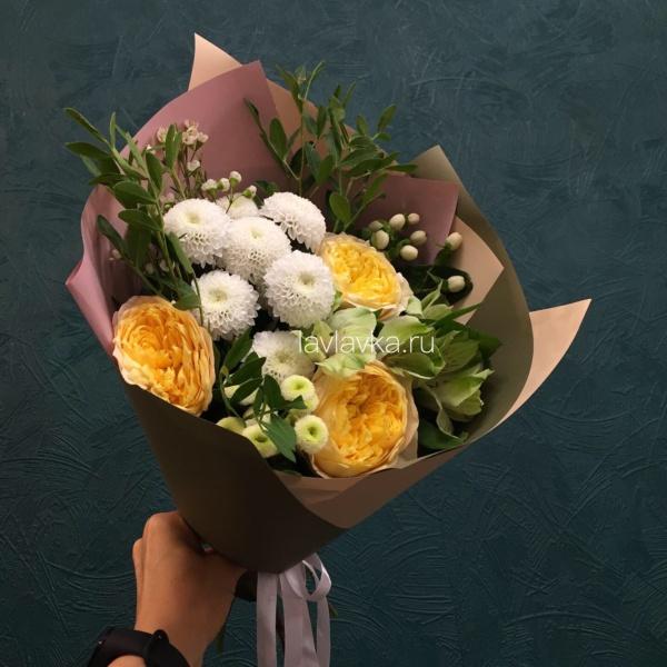Букет №62, альстромерия, ваксфлауэр, матрикария бая, роза желтая, хиперикум белый, хризантема кустовая,