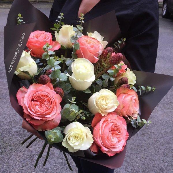 Букет №82, букет в черной упаковке, букет из роз, кахала, матовая пленка, роза, шишки, эвкалипт,