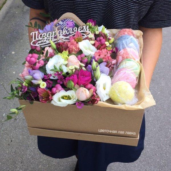 Сладкая композиция №9, альстромерия, букет с макаруни, лизиантус, макаруни, пионовидная роза, топпер, фисташка, фрезия, цветочная композиция, цветочная композиция с макарунами, цветочная композиция с печеньем, цветы в коробке, цветы с макарунами,