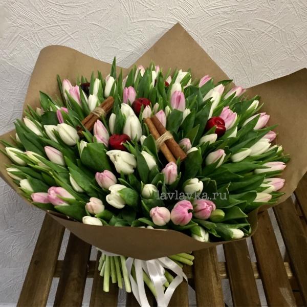 Букет №75, 101 тюльпан, декор яблоко, корица, крафт, купить тюльпаны, палочки корицы, тюльпан, тюльпаны,