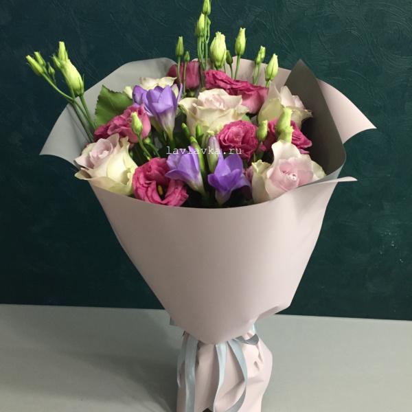 Букет №77, букет на 14 февраля, букет на 8 марта, лизиантус, роза, роза монинг дью, фрезия,