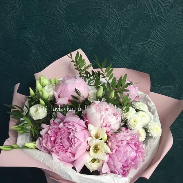 Букет №87, лизиантус, матовая пленка, пион, пион сара бернар, пионовидная роза, пионы, роза вайт о хара, роза о хара, розовые пионы, упаковка калька, фисташка, фрезия, хризантема кустовая,