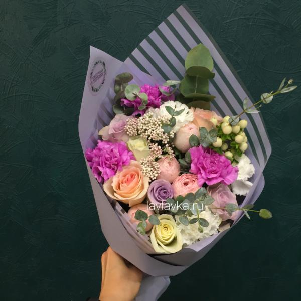 Букет №73, гвоздика, гиперикум, роза, роза кустовая пионовидная, хиперикум белый, эвкалипт,