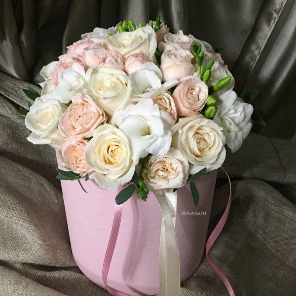 Букет в шляпной коробке №12, кустовая пионовидная роза, пионовидная роза, роза, роза бомбастик, роза вендела, фрезия, шляпная коробка, эвкалипт,