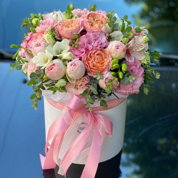 Букет в шляпной коробке №7, букет в коробке, цветочная композиция, цветочная композиция в коробке, цветы в корзине, цветы в коробке, шляпная коробка,