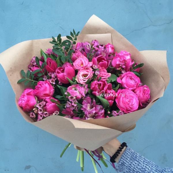 Букет №72, альстромерия, матовая пленка, пионовидная роза, тюльпан, хамелациум,