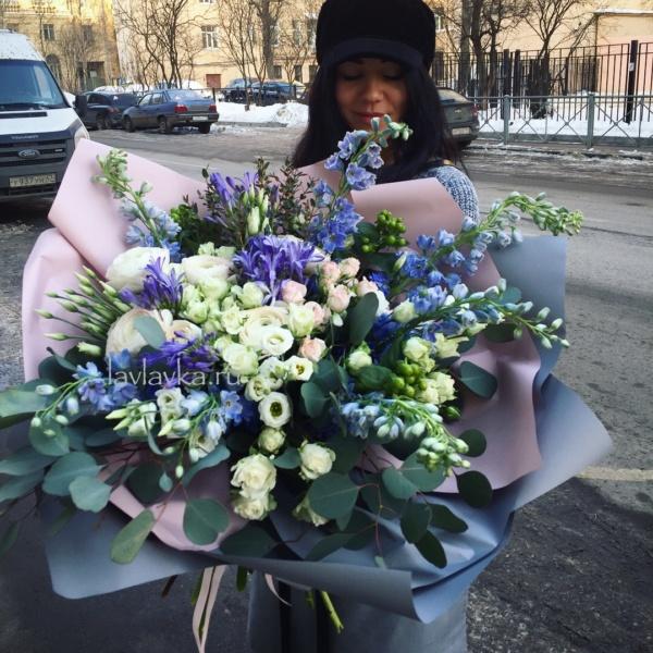 Букет №84, агапантус, белая роза, букет из роз, дельфиниум, кустовая пионовидная роза, кустовая роза, лизиантус, пионовидная роза, пудровый букет, роза, розы, эвкалипт,
