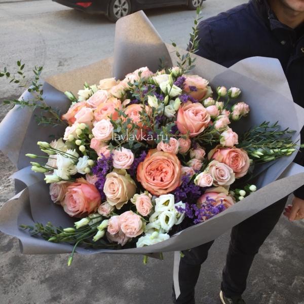 Букет №80, кустовая пионовидная роза, лизиантус, лимониум, матовая пленка, пионовидная роза, пудровая роза, роза, роза бомбастик, роза кагала, эвкалипт,