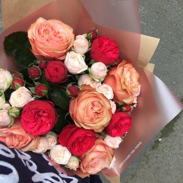 Букет №89, букет на 14 февраля, букет на 8 марта, букет на день влюбленных, букет с розами, кахала, матовая пленка, пионовидная роза,