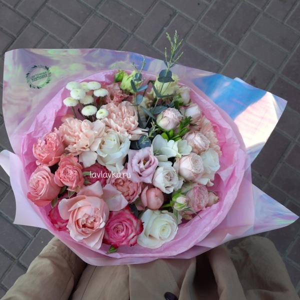 Букет №12, белая фрезия, гвоздика, лизиантус, матрикария бая, пионовидные розы, роза джульетта, эвкалипт,