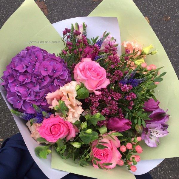 Букет №90, альстромерия, гиперикум, гортензия, кустовая роза, роза, фисташка, хамелациум, шармелия,